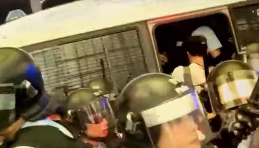 Ciocniri între protestatari și trupele speciale, în interiorul Aeroportului Internațional din Hong Kong